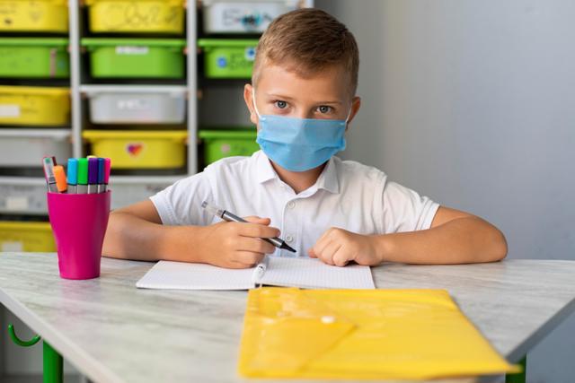 Alumno-en-clase-con-mascarilla