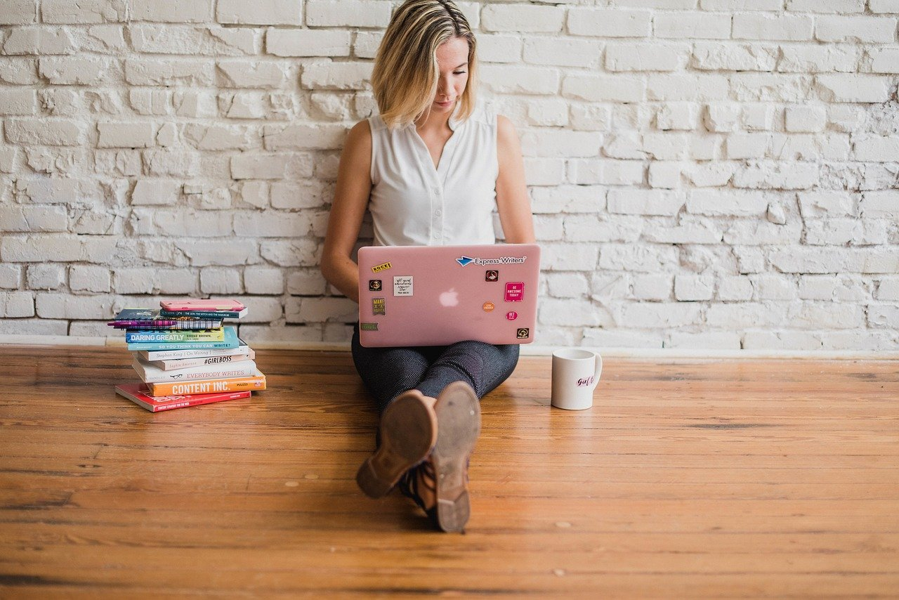 alfabetizacion-digital-mujer-con-portatil