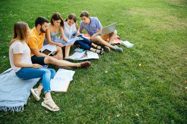 estudiantes-en-jardin-estudiando